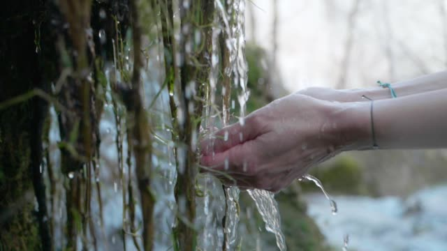 hands with crystal clear mountain water - armonia video stock e b–roll