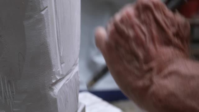 手與錘子和鑿子 - 石材 個影片檔及 b 捲影像