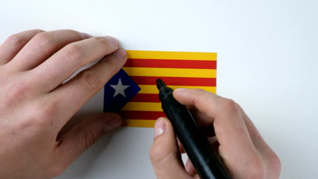 Hands writes YES on the Catalan flag video