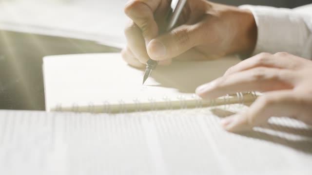 vídeos de stock e filmes b-roll de hands writing - carta documento