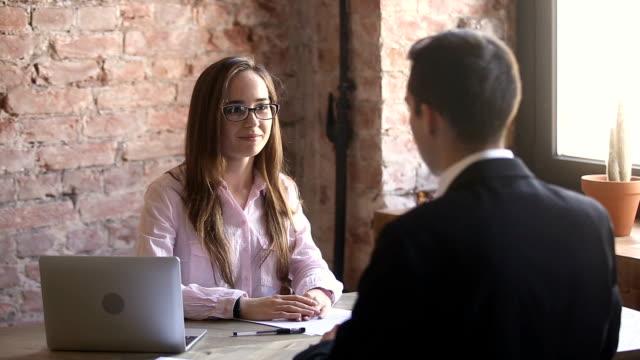 vídeos de stock, filmes e b-roll de hr congratulando-aperto de mão novo contratado empregado após a entrevista de emprego bem sucedida - rh
