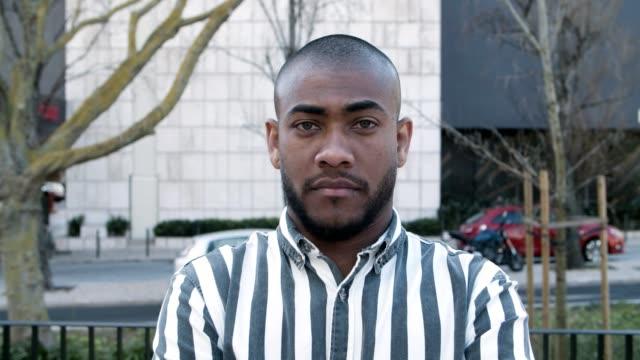 yakışıklı afro-amerikan adam çeşitli duygular gösteren - orta plan plan türleri stok videoları ve detay görüntü çekimi