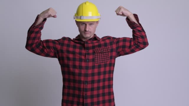 schöne bärtige mann bauarbeiter - muskulös stock-videos und b-roll-filmmaterial