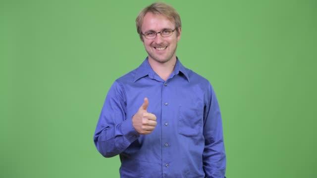 gözlüklü yakışıklı sarışın işadamı - bir orta yetişkin erkek sadece stok videoları ve detay görüntü çekimi