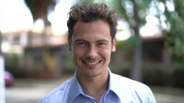 красивый деловой человек - бразилец парду стоковые видео и кадры b-roll