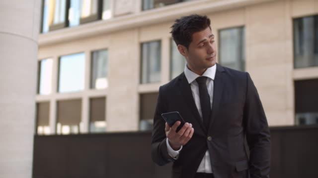 stockvideo's en b-roll-footage met knappe zakenman wachten voor partner buitenshuis - four lawyers