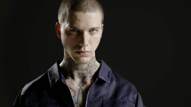 Hübscher selbstbewusste, erfolgreiche stilvollen Mann Porträt - Hals Tattoo - männliche Fotomodell - Prores – Video