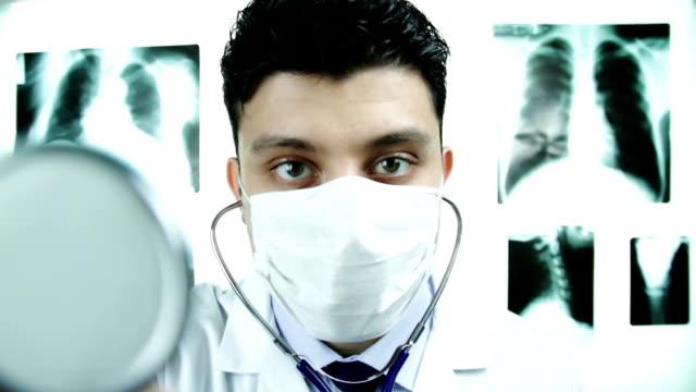 bel dottore stetoscopio scuotere la testa cattiva idea - stetoscopio video stock e b–roll