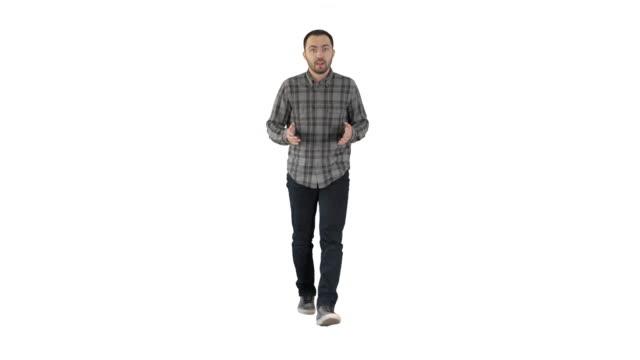 schöne hispanische mann modell im gespräch mit der kamera und gehen auf weißem hintergrund - mann bart freisteller stock-videos und b-roll-filmmaterial