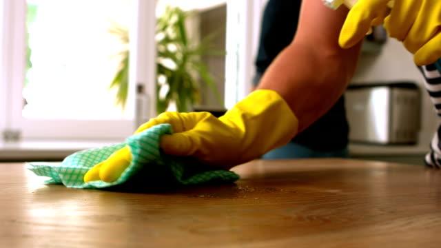 yakışıklı adam temizlik tablo - ev temizleme stok videoları ve detay görüntü çekimi