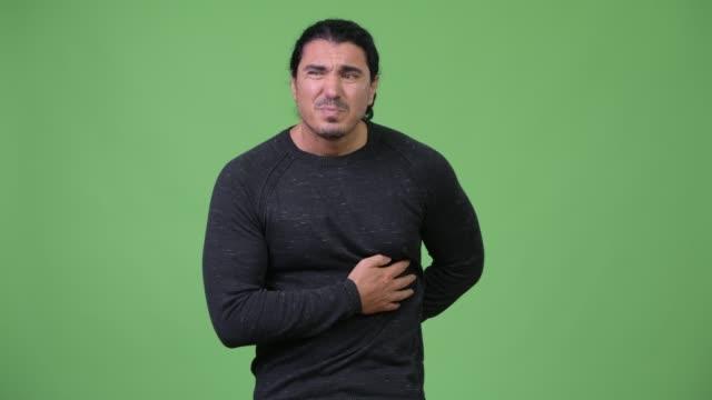 gut aussehender mann mit magenschmerzen - menschlicher verdauungstrakt stock-videos und b-roll-filmmaterial