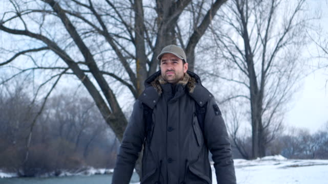Gut aussehender Mann in Winterspaziergang – Video