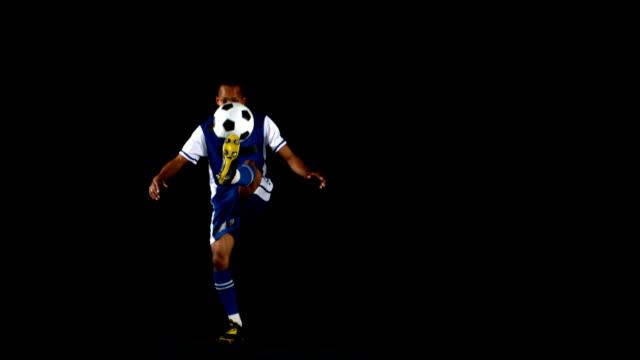 Hombre atractivo hacer malabares entre de fútbol - vídeo