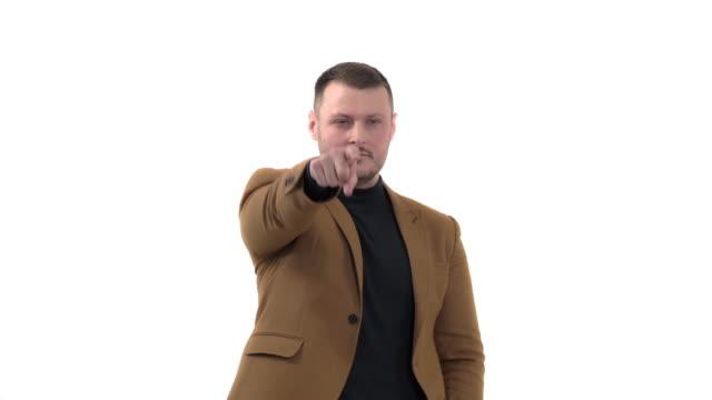 stockvideo's en b-roll-footage met knappe mens die formele stijlkleren draagt die met vinger aan de camera en aan u richten. handteken, zelfverzekerd gebaar - men blazer