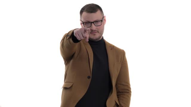 stockvideo's en b-roll-footage met knappe mens die formele stijlkleren draagt die met wijsvinger naar u richten en roepend me teken tonen. handteken, zelfverzekerd gebaar - men blazer
