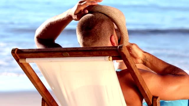 gut aussehender mann mit strohhut entspannen - strohhut stock-videos und b-roll-filmmaterial