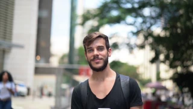 街の黒いシャツとひげの肖像画を持つハンサムな男 - 上半身点の映像素材/bロール
