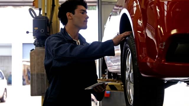 przystojny mechanik reorganizacji samochodu - sprawdzać filmów i materiałów b-roll