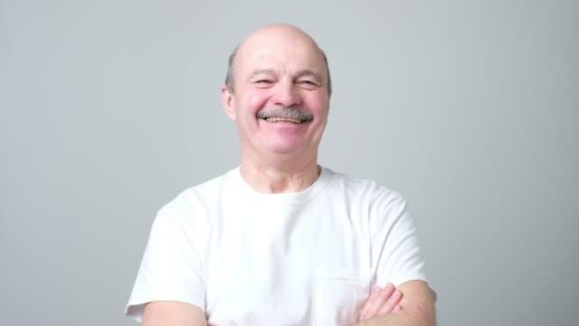bell'uomo anziano in t-shirt bianca ridendo - maglietta bianca video stock e b–roll