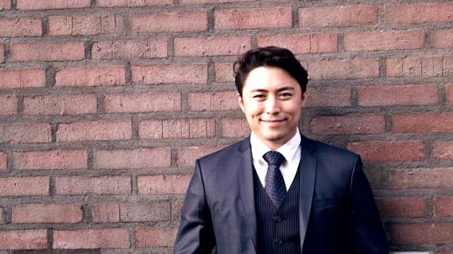 ハンサムな笑顔実業家アウトドア - ビジネスマン 日本人点の映像素材/bロール