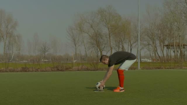 gut aussehend fußballspieler nehmen einen elfmeter - strafstoß oder strafwurf stock-videos und b-roll-filmmaterial