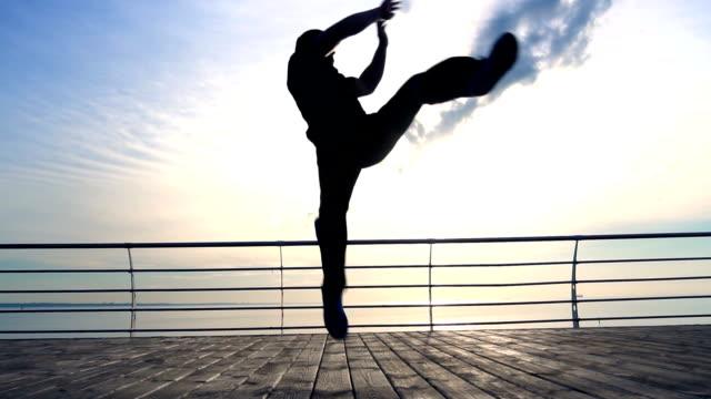 ハンサムなスポーツマン ジャンプとスローモーションで木製の桟橋で蹴る ビデオ
