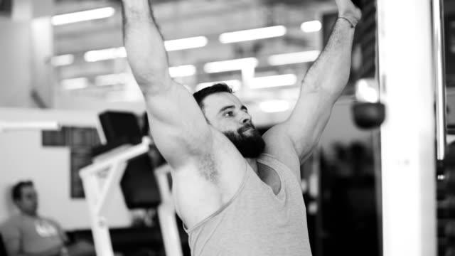 vídeos y material grabado en eventos de stock de guapo hombre deportivo está haciendo ejercicio en el gimnasio y el gimnasio - sudadera