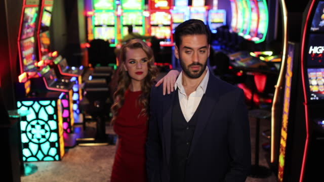 przystojna dobrze ubrana para w kasynie - para aranżacja filmów i materiałów b-roll