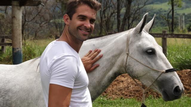 stockvideo's en b-roll-footage met knappe met paard - alleen één mid volwassen man