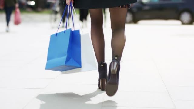 vídeos de stock, filmes e b-roll de compra considerável da mulher em um dia ensolarado - boutique