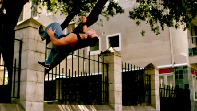 gut aussehender junger mann einen salto rückwärts - stuntman stock-videos und b-roll-filmmaterial
