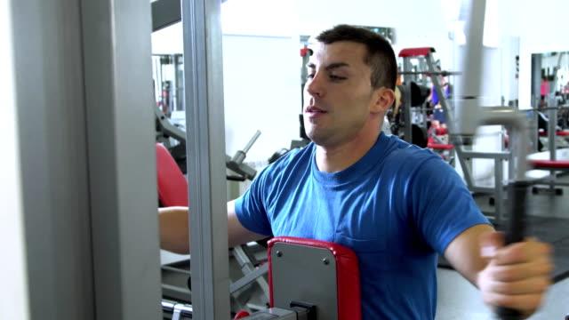 vídeos de stock, filmes e b-roll de jovem bonito fazendo esportes no ginásio. - campeonato esportivo