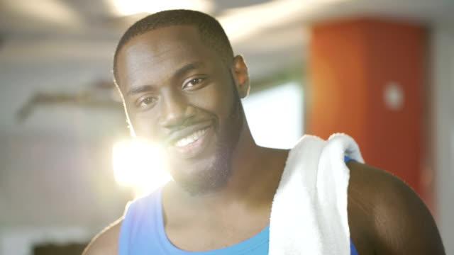 잘생긴 젊은 남자 얼굴, 건강 한 사람에 행복 한 미소와 함께 카메라를 찾고 - 잘생김 스톡 비디오 및 b-롤 화면