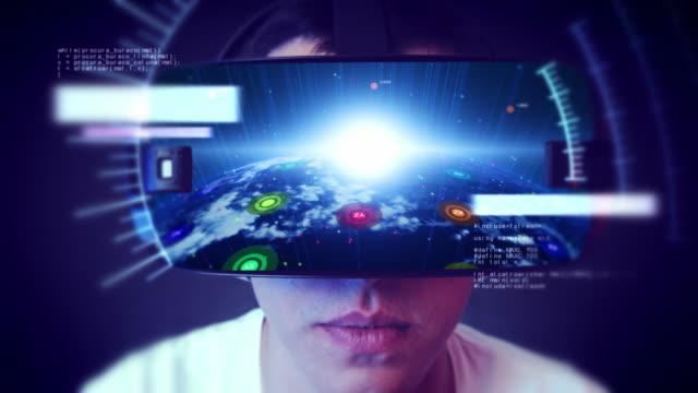 VR kulaklık giyen ve sanal gerçeklik yaşayan yakışıklı genç adam. video