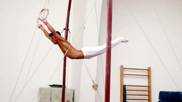vídeos y material grabado en eventos de stock de handstand en anillos de gimnasia - gimnasia