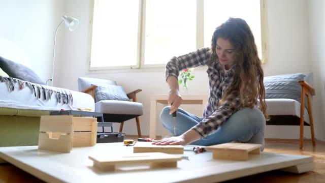 vidéos et rushes de jeune fille pratique - travaux maison