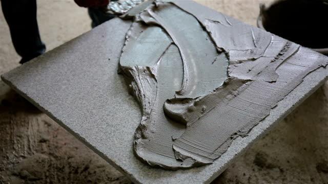 handyman installera keramiska plattor - construction workwear floor bildbanksvideor och videomaterial från bakom kulisserna