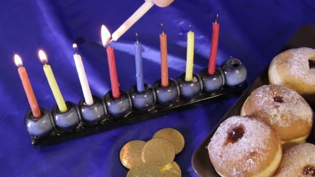 vídeos y material grabado en eventos de stock de janucá menorá y colorido mesa con velas - hanukkah
