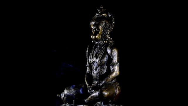 hanuman figur, gud monkey av hinduiska religionen, gyrating på svart bakgrund - india statue bildbanksvideor och videomaterial från bakom kulisserna
