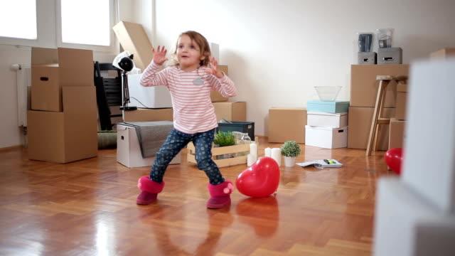 lyckligaste barn runt - flyttlådor bildbanksvideor och videomaterial från bakom kulisserna