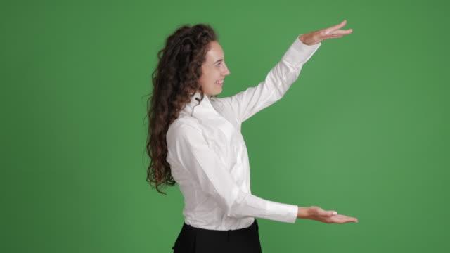 empresaria de felicidad mostrando copia espacio en fondo verde - vídeo