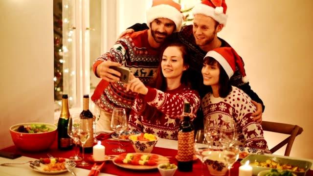 lycka grupp vänner hem till jul - wine box bildbanksvideor och videomaterial från bakom kulisserna