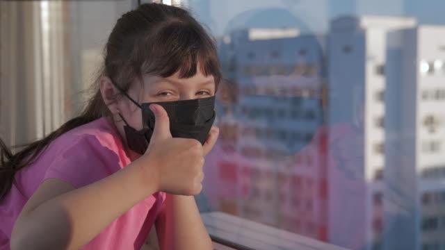glück in pandemie. - patientin stock-videos und b-roll-filmmaterial