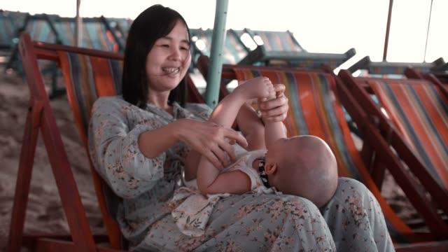 mutluluk anı : neşeli anne oğlu ile oynarken - ultra yüksek çözünürlüklü televizon stok videoları ve detay görüntü çekimi
