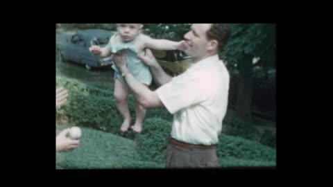vidéos et rushes de mélanger les 50 heureux papa et maman bébé - vintage