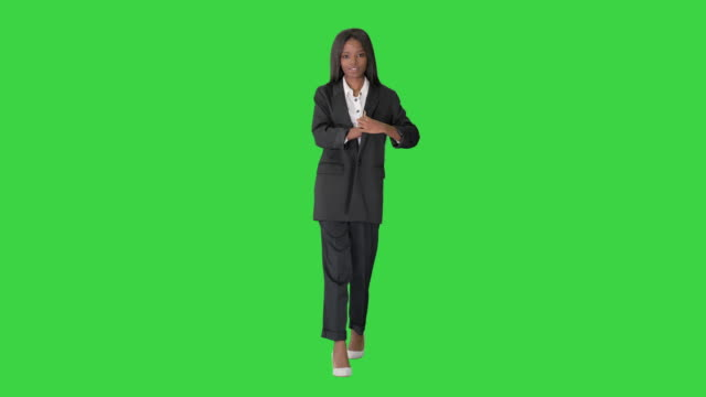 vídeos y material grabado en eventos de stock de mujer afroamericana feliz contando dinero mientras camina en una pantalla verde, chroma key - abrigo