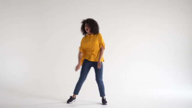 lycklig afroamerikanska kvinna dans - kvinna tillfreds bildbanksvideor och videomaterial från bakom kulisserna
