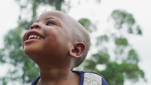 vidéos et rushes de enfant africain heureux - pureté