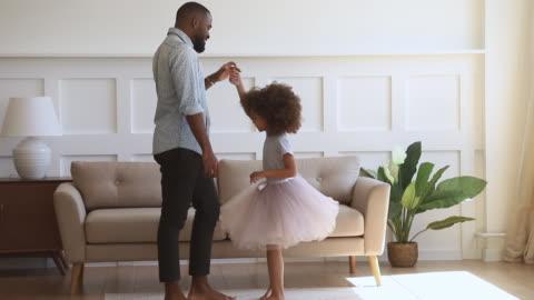 mutlu afrikalı baba onun çocuk kızı prenses ile dans - kızlar stok videoları ve detay görüntü çekimi