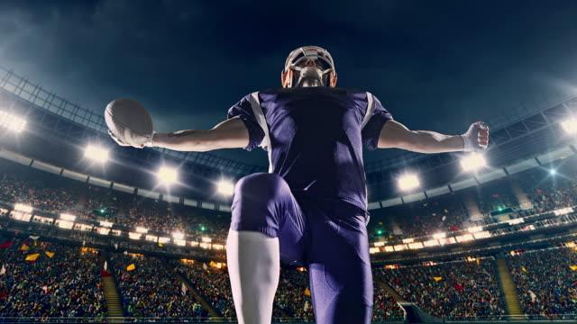 vídeos y material grabado en eventos de stock de jugador de fútbol americano feliz - american football